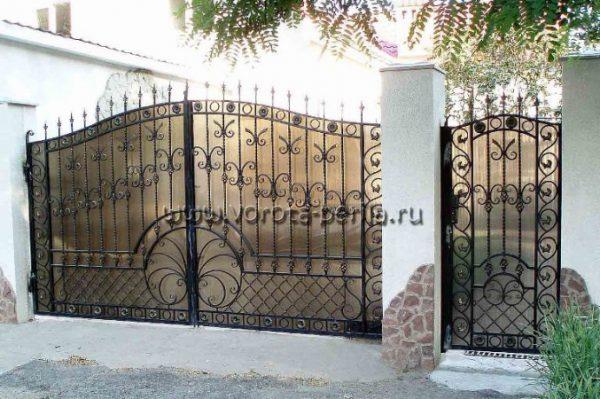 Кованые ворота с поликарбонатом 25