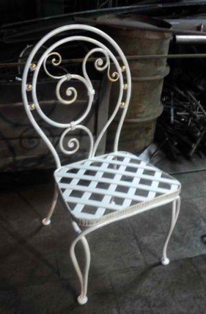 Белые кованые стулья