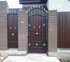 Кованые калитки для частного дома с профлистом