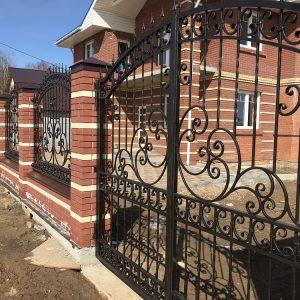 Кованые ворота с кирпичной вкладкой
